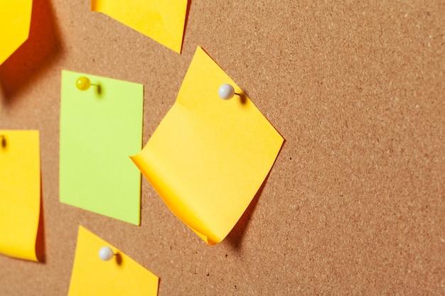 Notes autocollantes colorées avec des punaises