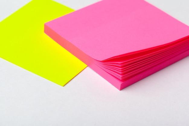 Les notes autocollantes de couleurs vives se bouchent sur le papier. concept d'école ou d'entreprise
