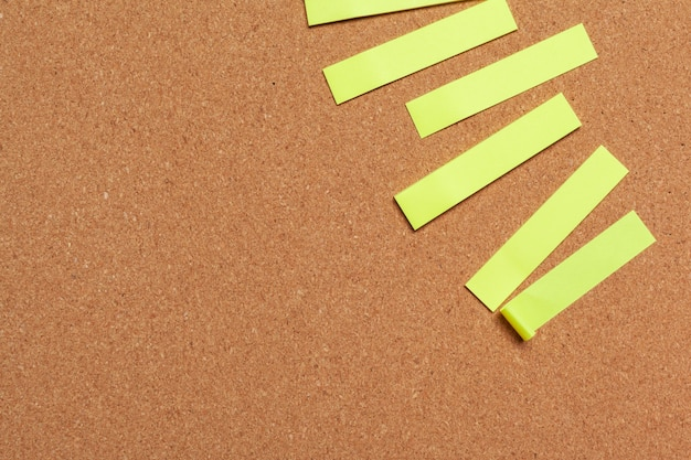 Notes autocollantes avec espace de copie sur tableau en liège