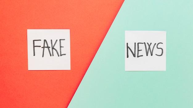 Notes autocollantes avec de fausses nouvelles