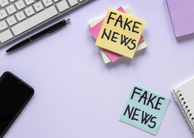 Notes autocollantes avec un faux message de nouvelles
