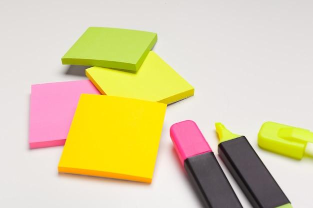 Notes autocollantes avec des marqueurs