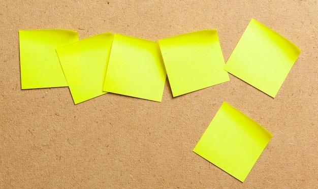 Notes sur les autocollants de couleur sur fond de carton de liège