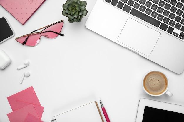 Notes de café. . espace de travail féminin de bureau à domicile, copyspace. lieu de travail inspirant pour la productivité. concept d'entreprise, de mode, d'indépendant, de finance et d'art. .