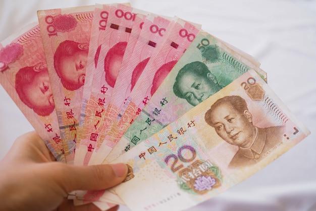 Notes chinoises dans une main