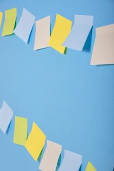 Notes collantes de couleur vive sur fond bleu en deux rangées
