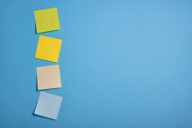 Notes collantes de couleur vive sur fond bleu