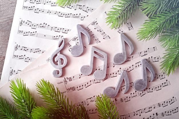 Notes de musique et arbre de noël sur fond de bois