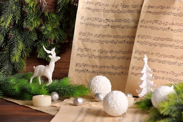 Notes de musique avec décoration de noël se bouchent