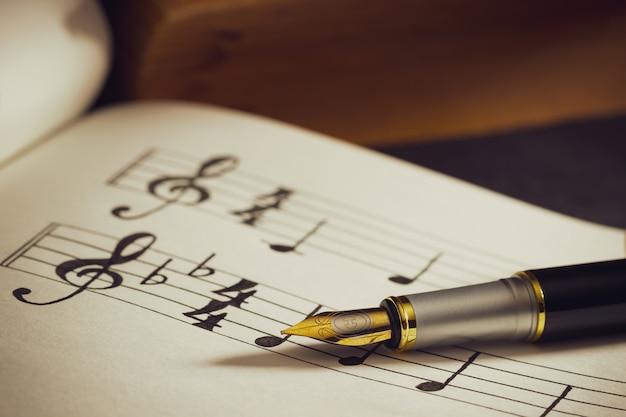 Notes de musique et vieux livre sur une table en bois