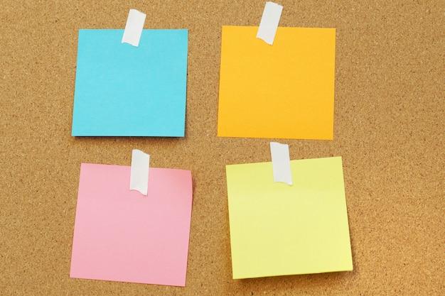 Notes de papier vierge collent sur panneau de liège panneau de liège avec vide post it