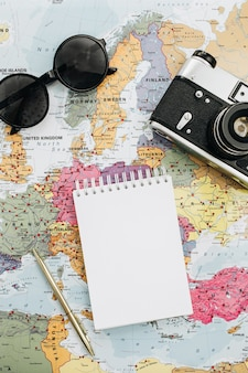 Les notes de voyage se moquent avec du papier vierge
