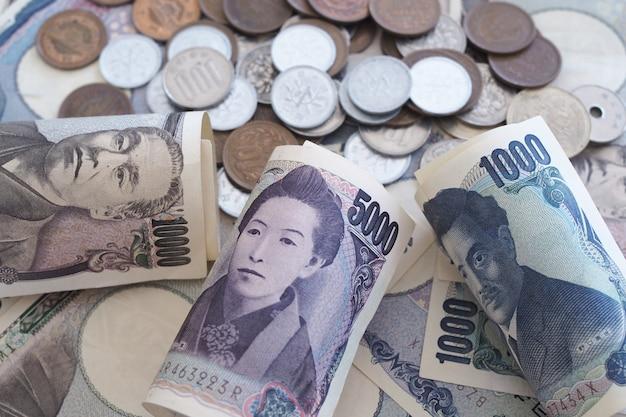 Notes de yen japonais et pièces de yen japonais pour le fond du concept d'argent