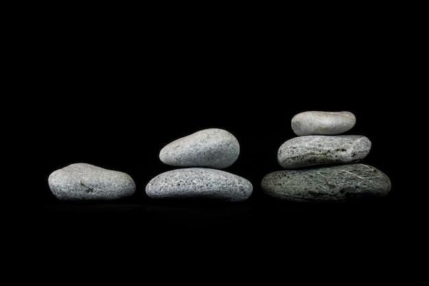 Notion de croissance. pierres sur fond noir