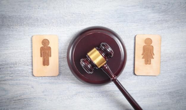 Notion de divorce. symboles en bois masculins et féminins et marteau de juge