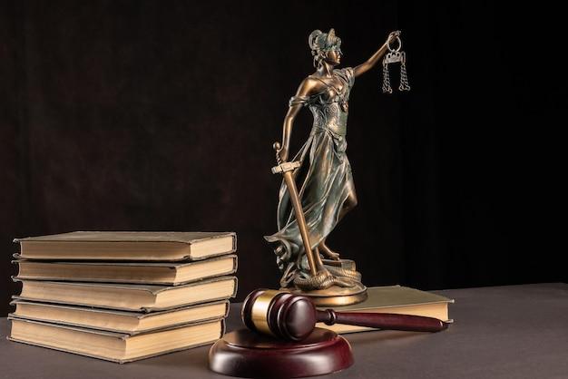 Notion de droit et de justice. fond sombre