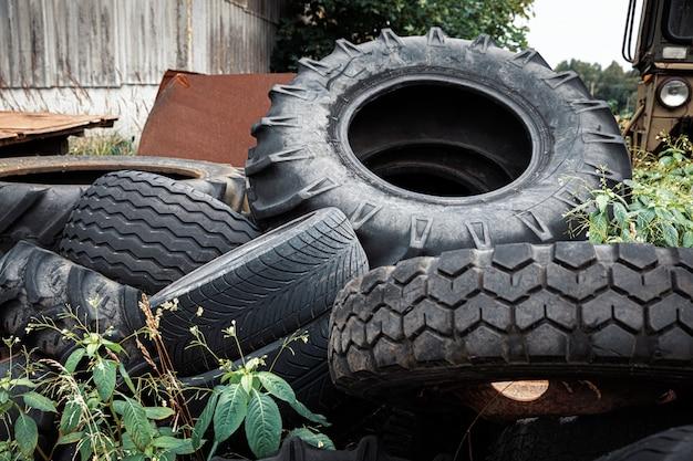 Notion écologique. vieux pneus usagés dans une décharge de ferraille