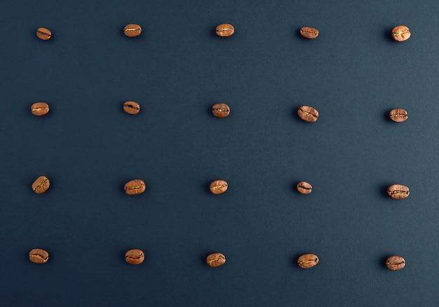 Notion de grains de café torréfiés. arrangement horizontal.