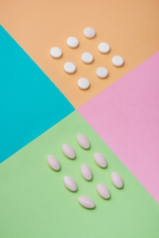 Notion médicale. médicaments de pilules sur fond coloré.
