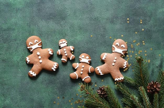 Notion de nouvel an. biscuits au sapin et au pain d'épice sur fond de béton vert. vue d'en-haut.