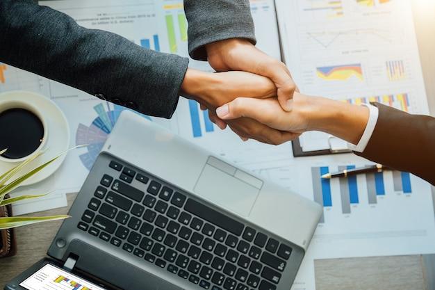 Notion de partenariat - partenaires commerciaux avec une poignée de main entrepreneuriat réussi des chefs d'équipe.