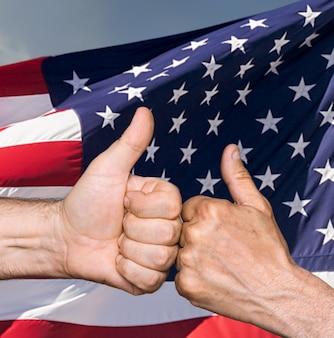 Notion patriotique. thumbs up signe contre du drapeau des états-unis d'amérique