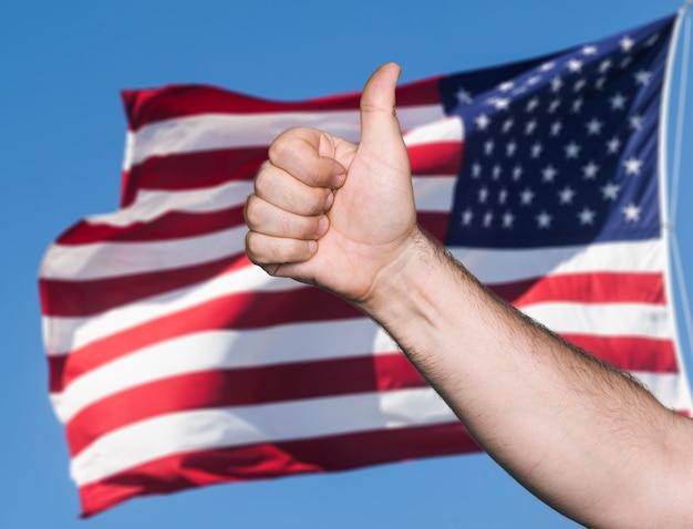 Notion patriotique. tumb up signe contre du drapeau des états-unis d'amérique