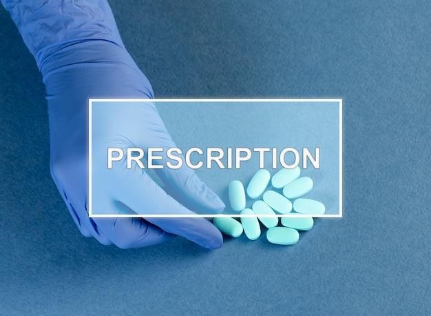 Notion de prescription. mot sur photo avec main tenant des pilules bleues.