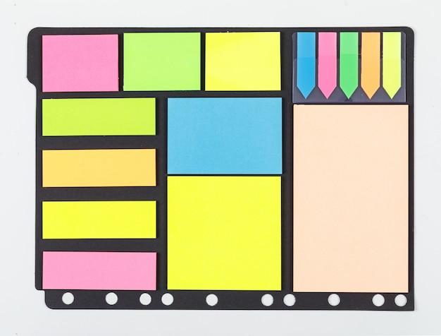 Notion de prise de notes avec du papier collant coloré sur la vue de dessus de fond blanc. espace pour le texte. image horizontale