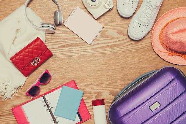 Notion de vacances. valise de vacances. prêt pour le voyage.