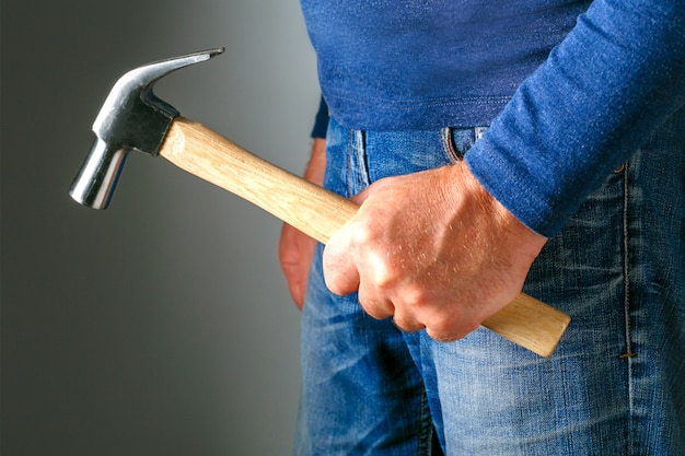 Notion de violence familiale et d'agression. furieux homme en colère avec marteau. notion de violence familiale et d'agression. harcèlement.