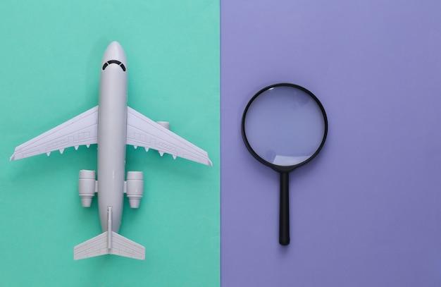 Notion de voyage. avion avec loupe sur un violet bleu