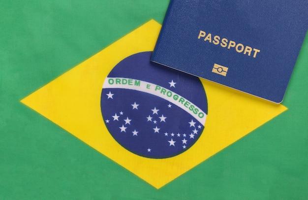Notion de voyage. passeport dans le contexte du drapeau du brésil