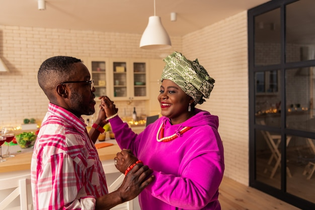 Notre hobby. ravi bel homme tenant la main de sa femme en dansant avec elle