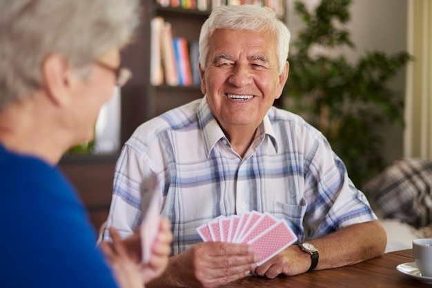 Notre passe-temps commun est de jouer aux cartes ensemble