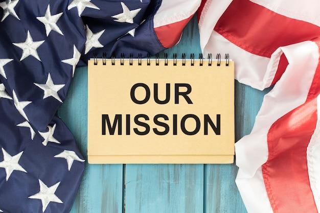 Notre texte de mission écrit sur un journal d'homme d'affaires. conceptuel d'entreprise, éducation, finance, actualités.