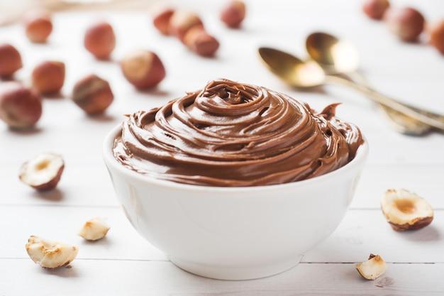 Nougat au chocolat dans une assiette