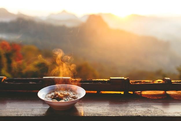 Une nouille avec paysage de montagne le matin