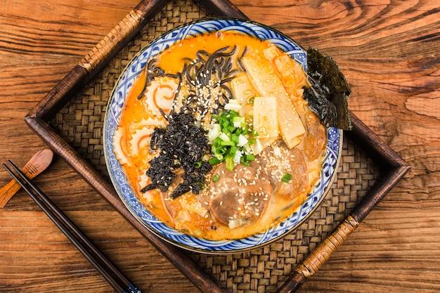 Nouilles asiatiques au miso ramen avec< nouilles sautées à la sauce de seiche