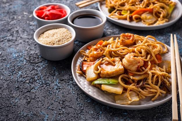Nouilles asiatiques aux crevettes et légumes