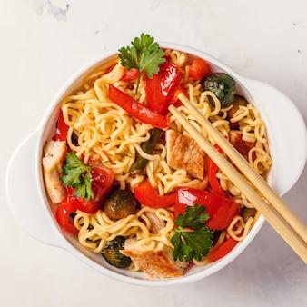 Nouilles asiatiques aux légumes et au poulet.