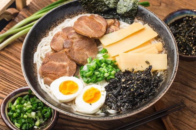 Nouilles asiatiques miso ramen aux œufs, cuisine japonaise.