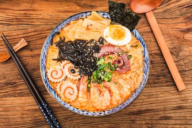 Nouilles asiatiques miso ramen avec