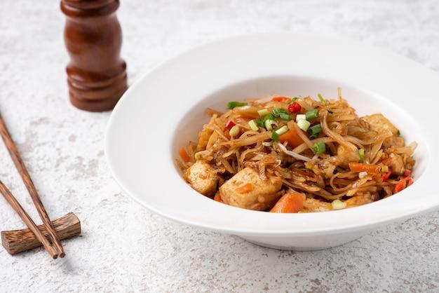 Nouilles d'asie avec des aliments végétaux