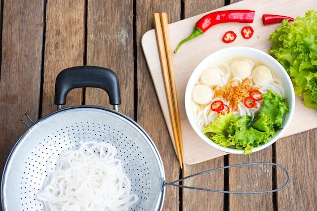 Nouilles d'asie ou pâtes de vietnam et matières premières et ustensiles de cuisine ou nouilles du vietnam