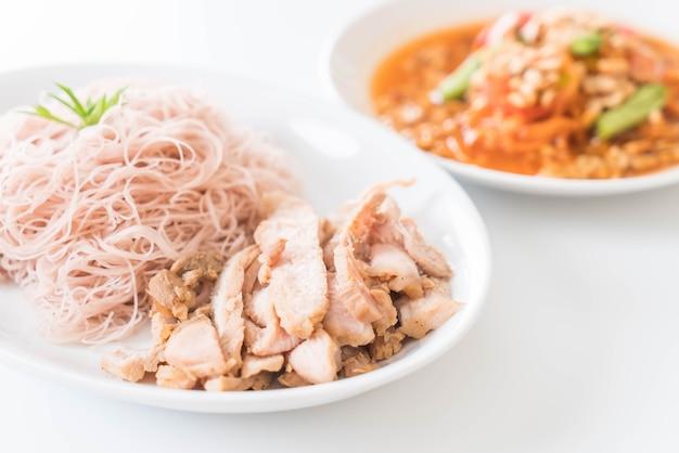 Nouilles au blé entier au porc rôti et à un som