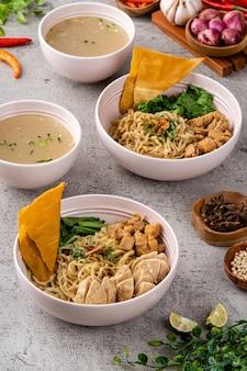 Nouilles au poulet est un plat indonésien de nouilles de blé jaune assaisonnées garnies de viande de poulet en dés