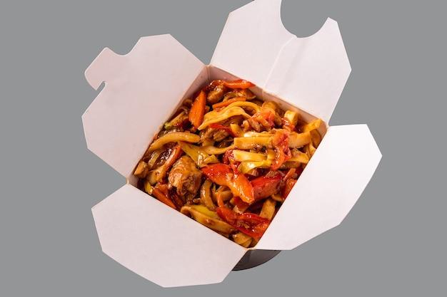 Nouilles au poulet et légumes dans une boîte