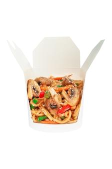 Nouilles au wok aux champignons et légumes. dans une boîte d'expédition. ingrédients visibles. fermer. fond blanc. isolé.