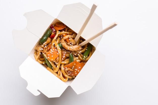 Nouilles au wok dans une boîte en carton